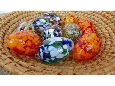 Foukaná skleněná barevná velikonoční vejce.